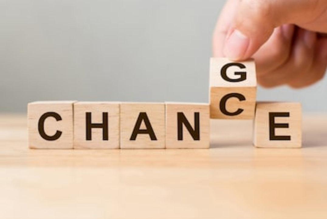 Das Worte CHANGE bzw. CHANCE als Schriftzug auf Holzwürfeln