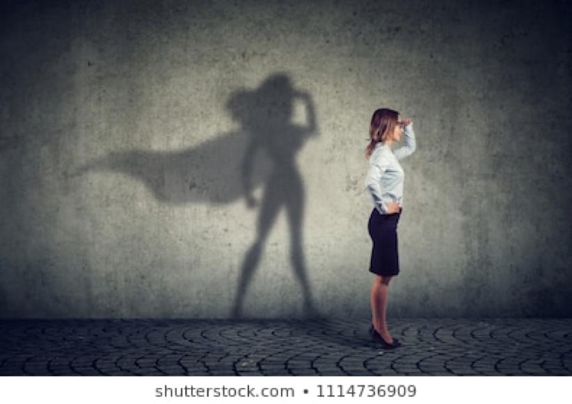 Frau hält Ausschau vor einer grauen Wand
